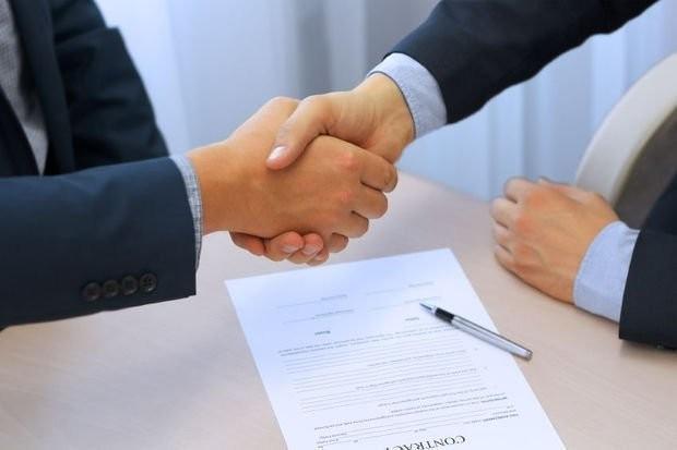 توقيع العقد للعمل بشركة